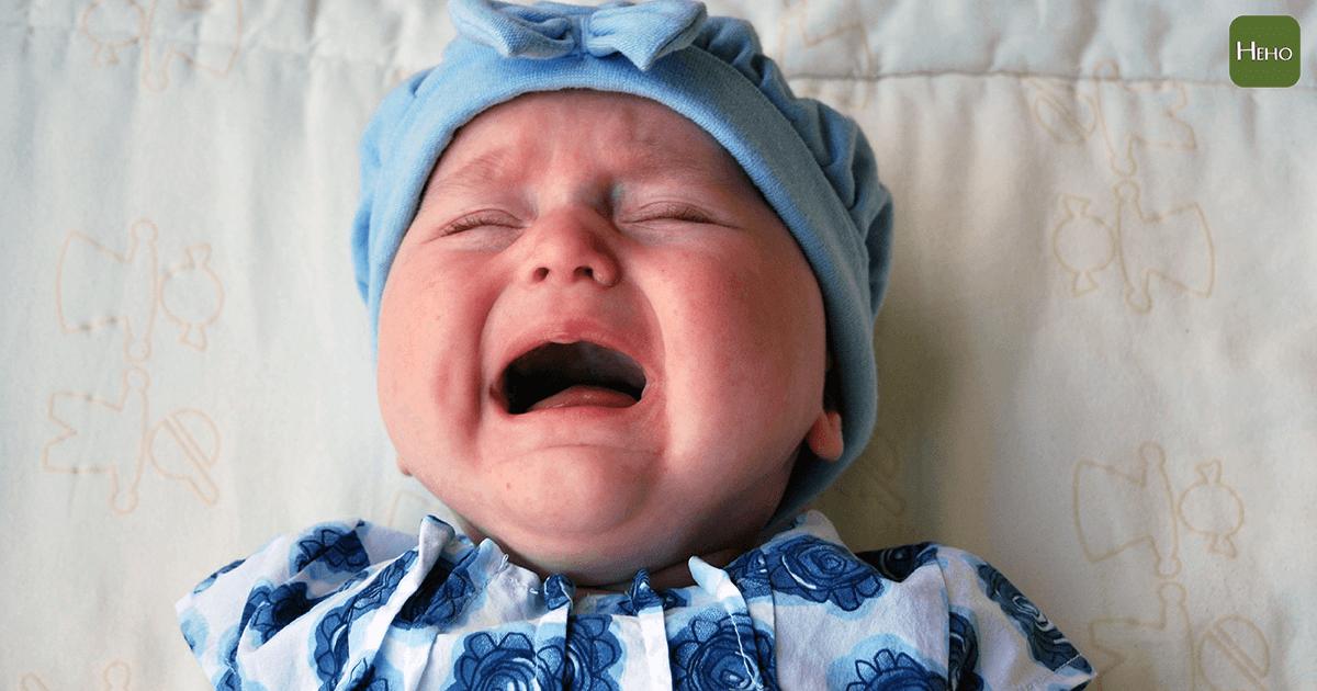 寶寶半夜哭鬧爸媽好崩潰 原來是因為這3個原因